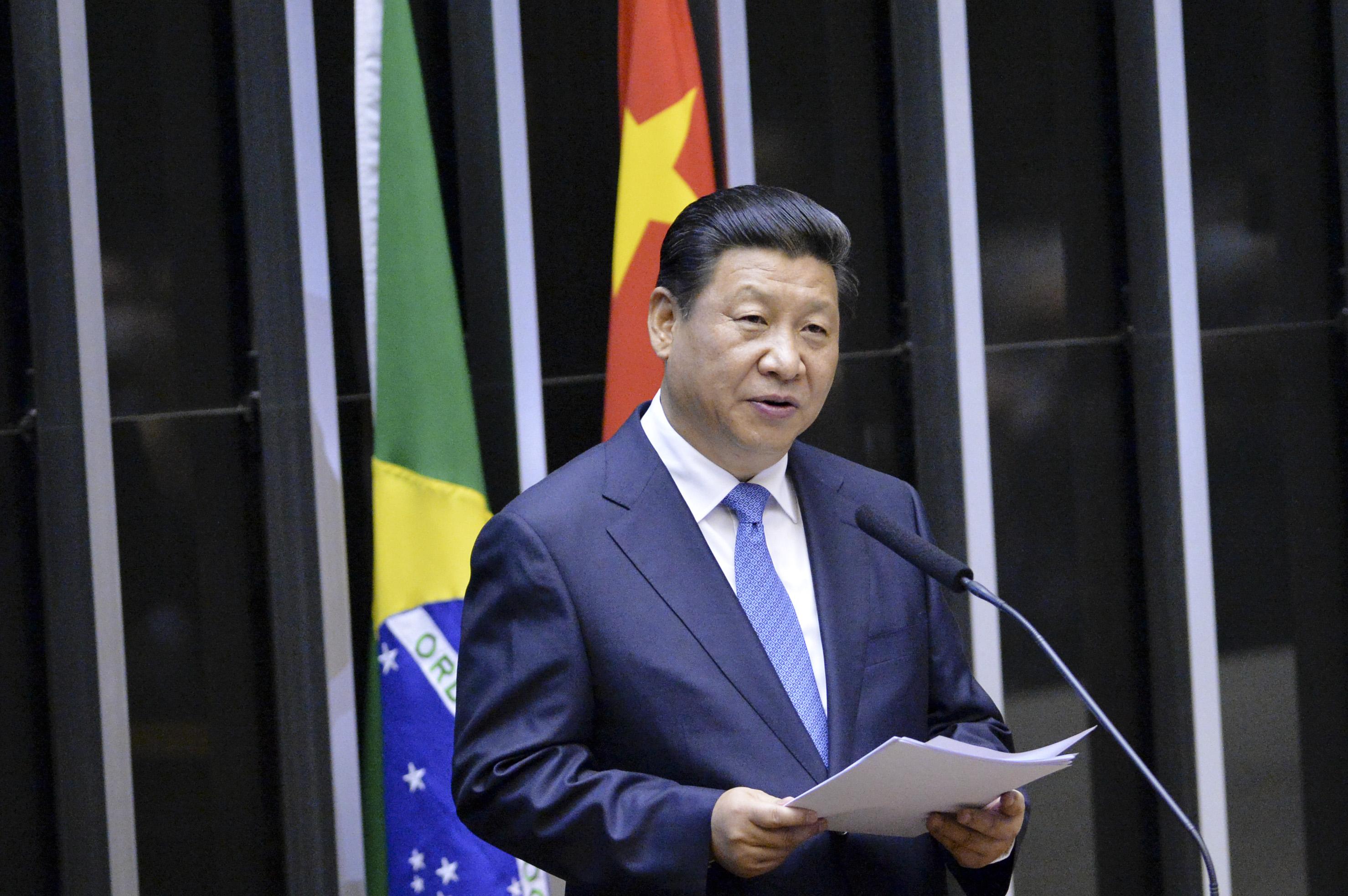 """Čínský prezident Si Ťin-pching pravděpodobně doufá, že vojenskou přehlídkou odvede pozornost světa od """"katastrofického měsíce srpna"""", ve kterém šlo především o problémy jeho země"""