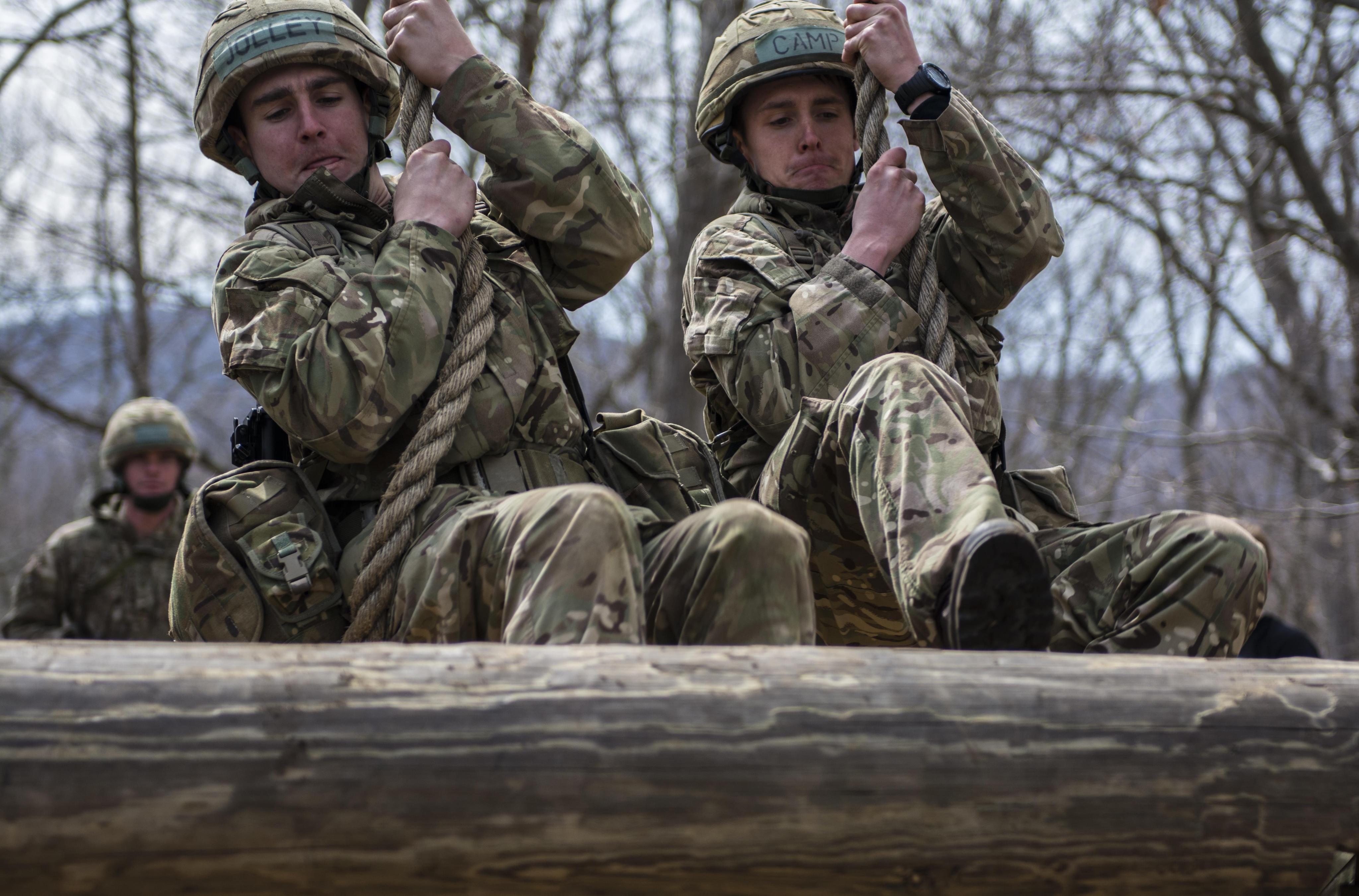 Britští vojáci při cvičení
