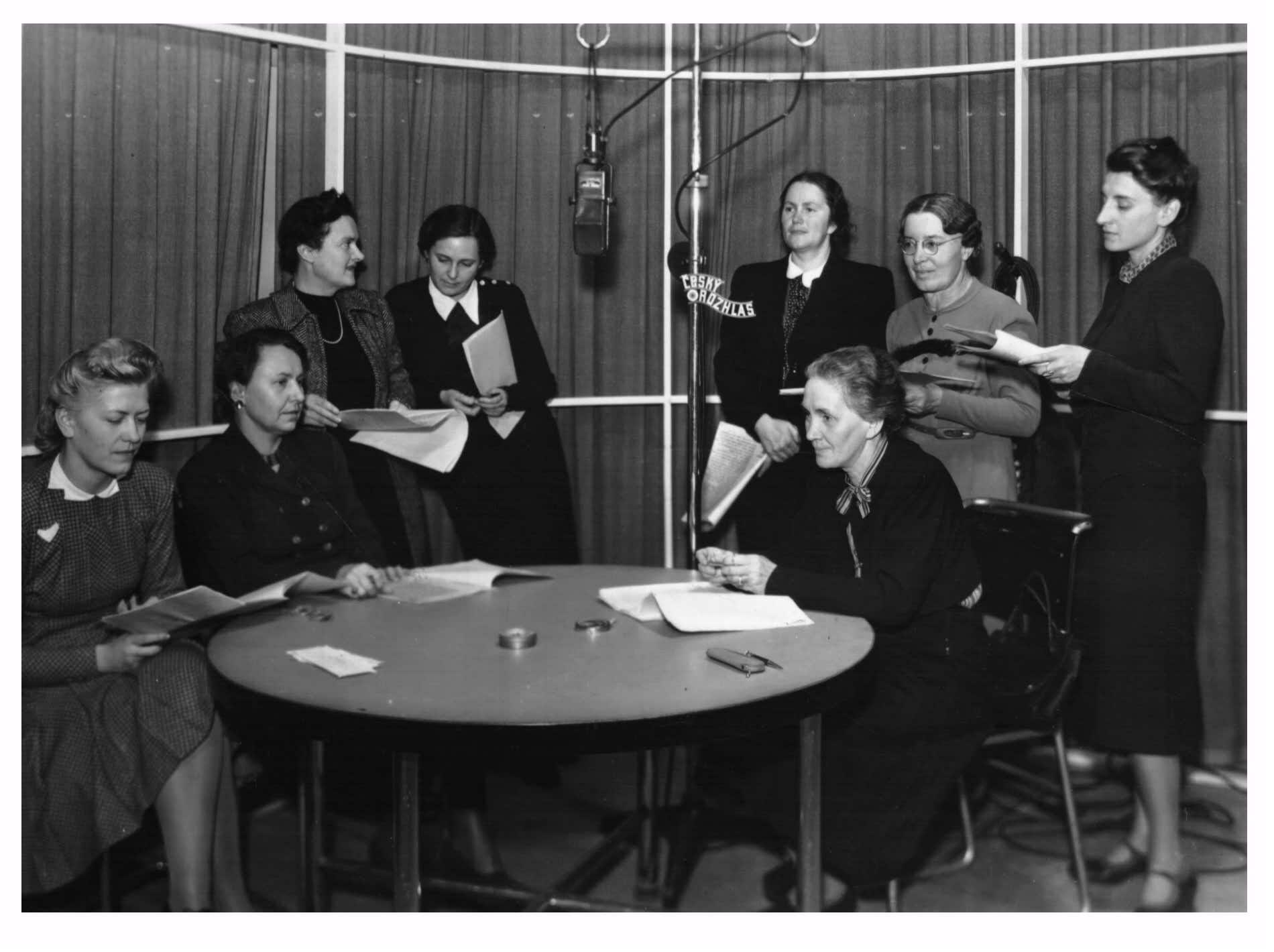 Rozhlasové vysílání k 50. výročí založení dívčího reálného gymnázia Krásnohorská, třetí zleva je Milada Součková