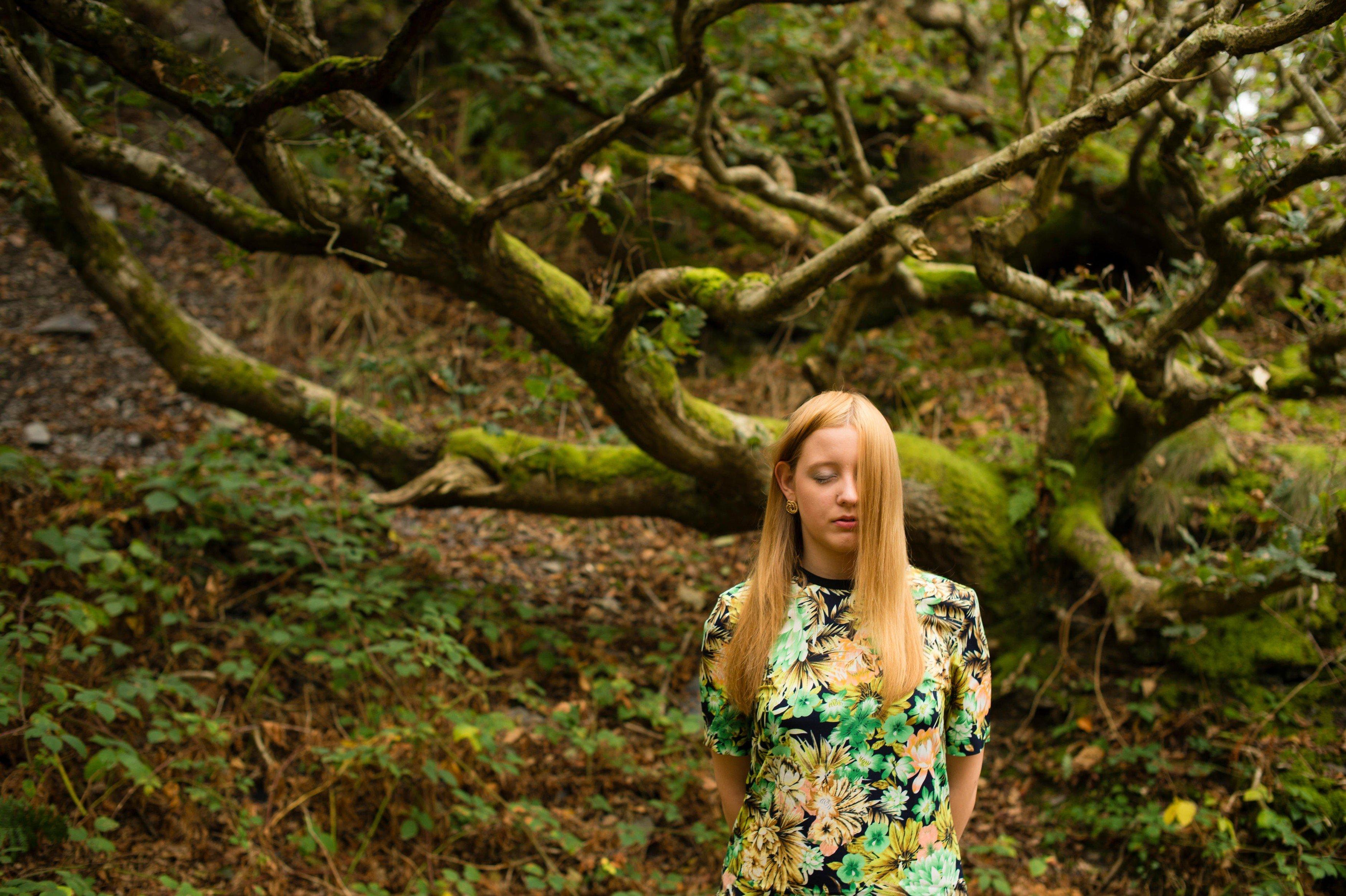 Stud - dívka - příroda - strom - mileniál
