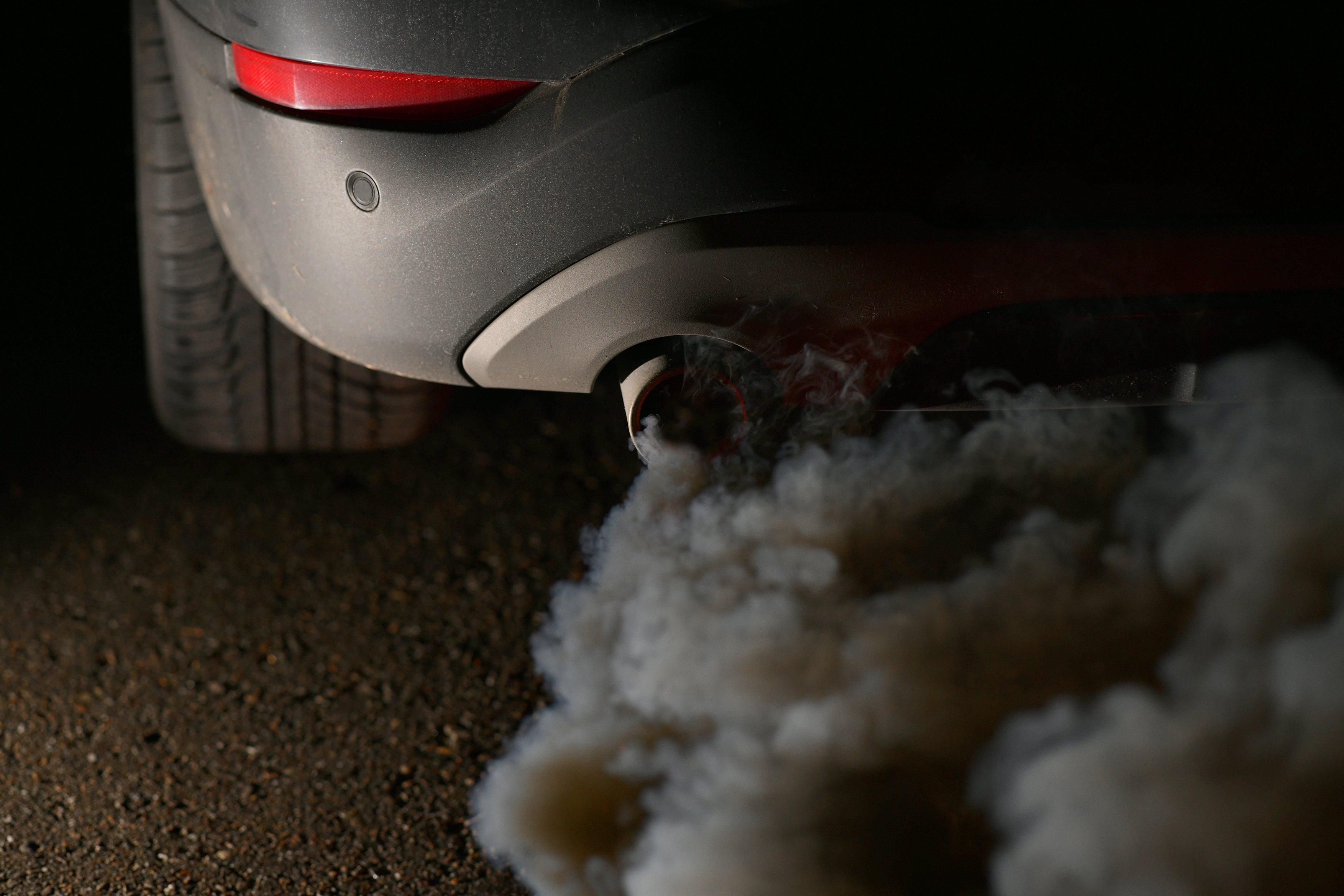 Výfuk, auto, výfukové plyny, znečištění