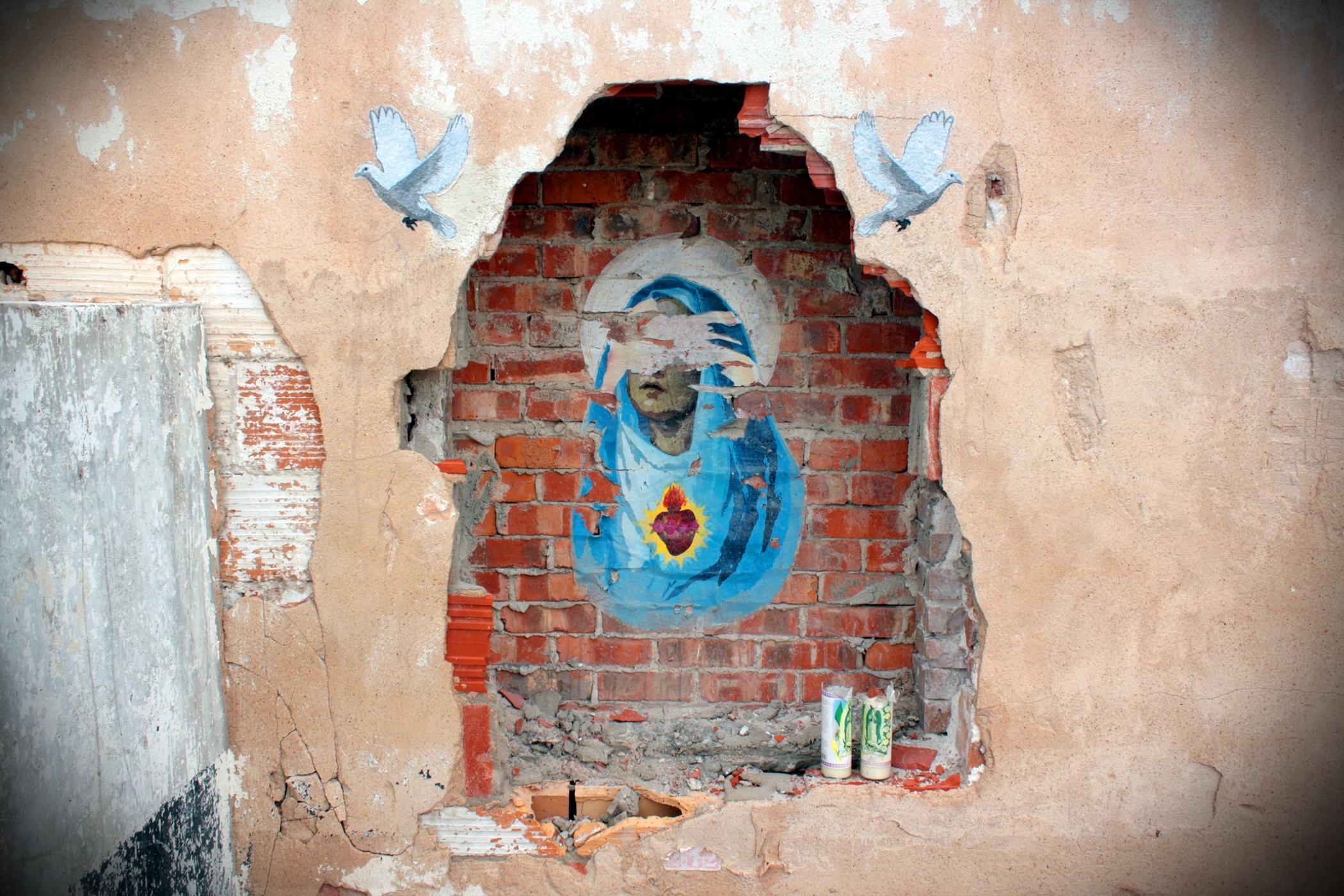 Pana Marie na poničené zdi