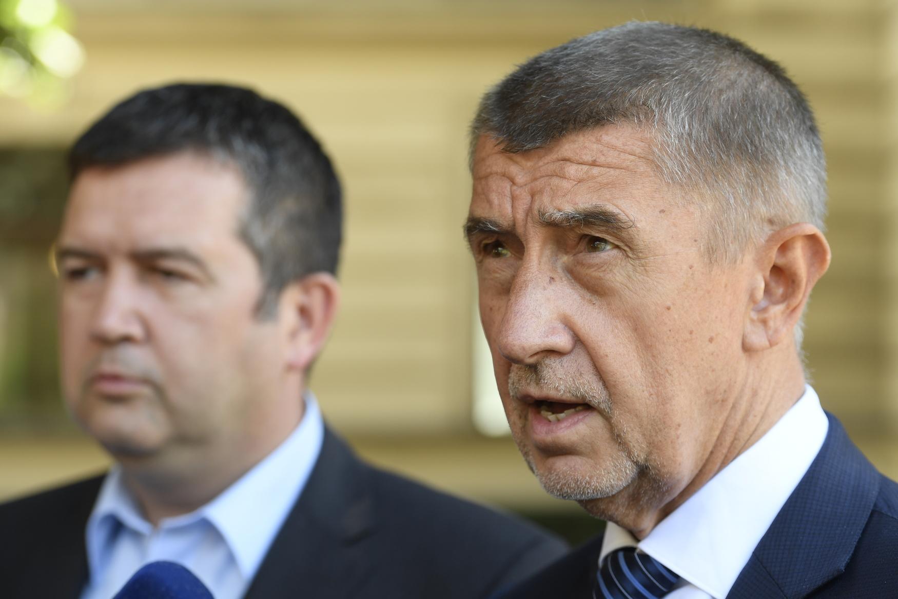 Šéf ČSSD a ministr vnitra Jan Hamáček (vlevo) a premiér a šéf hnutí ANO Andrej Babiš